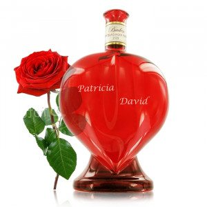 Wein in der Herzflasche verpackt